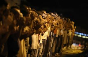 المقدسيون يؤدون صلاة العشاء عند باب الأسباط رفضا لإجراءات الاحتلال