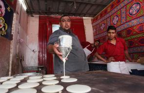 صناعة حلوى رمضان القطايف في مدينة غزة