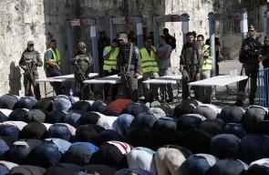 فلسطينيون يؤدون الصلاة على الإسفلت بعد رفضهم العبور للأقصى من البوابات الإلكترونية