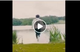 محمد صلاح يجري بسرعة فائقة على سطح الماء
