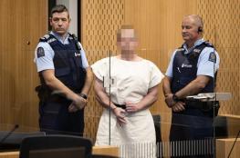 سفاح المسجدين في نيوزيلندا يتعمّد استفزاز المسلمين داخل المحكمة.. شاهد ماذا فعل