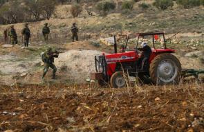 مسن فلسطيني بزرع أرضه رغم تهديدات قوات الاحتلال في نابلس