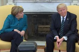ترامب يحرج ميركل أمام عدسات المصورين ويرفض مصافحتها