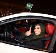 852189-الفرحة-فى-وجه-سيدة-سعودية-خلال-قيادة-السيارة