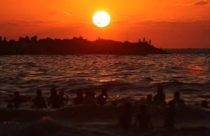 مشاهد للغروب والسباحة في بحر غزة