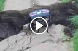 شاهد شارع يبتلع سيارة بعد انشقاقه في الولايات المتحدة