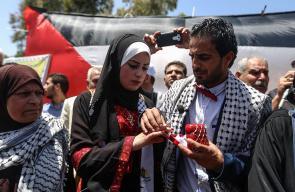 عروسان يعقدان قرانهما في خمية التضامن مع الاسرى المضربين المقامة بساحة السرايا وسط مدينة غزة