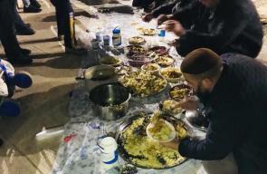المرابطون يتناولون العشاء خلال اعتصامهم أمام باب الرحمة