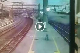 حادث مميت.. شاهد لحظة خروج قطار فائق السرعة عن مساره بتايوان