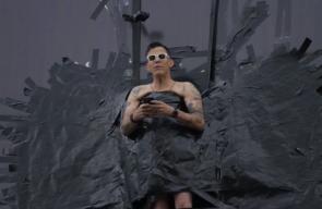 نجم هوليوودي يضع نفسه عاريا في لوحة إعلان مرتفعة
