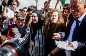 عهد التميمي ووالدتها تتنسمان عبير الحرية