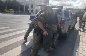 أوكرانيا...مسلح يختطف حافلة ويأخذ الركاب رهائن