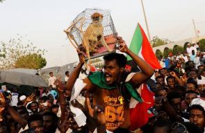 تواصل الاعتصام في الخرطوم للمطالبة بتسليم السلطة الى المدنيين