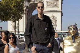 لا يركب المترو ولا يقود السيارة.. هكذا يعيش أطول رجل في أوروبا