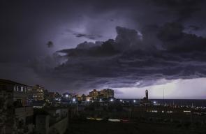 هكذا بدت سماء غزة ليلة أمس مع البرق والرعد الذي كان مصاحبًا للأمطار الغزيرة
