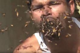 """فيديو صادم ..رجل """"يأكل"""" آلاف النحلات حية!"""