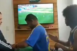 مشجع برازيلي أعمى وأخرس يعيش مجريات مباراة منتخب بلاده