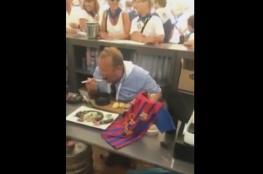 رئيس بلدية يأكل فأرا بسبب رهان على خسارة فريقه