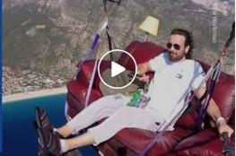 طار بأريكته على ارتفاع 1700 متر ليشاهد توم وجيري