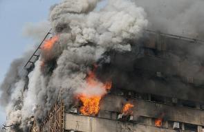 مصرع نحو 30 رجل إطفاء جراء انهار مبنى مؤلف من 15 طابقا وسط طهران بعد اشتعال النيران فيه
