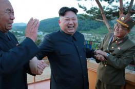 """ما سر الرجال الثلاثة الذين يظهرون دائما وراء """"كيم جونغ""""؟"""