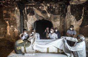 علماء آثار مصريون يكتشفون مومياء امرأة كاملة