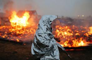 ناشطون يحرقون مخيم أقاموه ضد مشروع بناء إنبوب نفط في ولاية داكوتا بعد إنذار السلطات