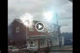 شاهد: رجل بريطاني يوثق تحول أسلاك الكهرباء لألعاب نارية