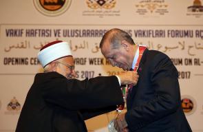 الشيخ عكرمة صبري يُقلد الرئيس التركي رجب طيب أردوغان