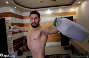 لاعب كمال الأجسام بغزة يضطر لاستخدام أدوات منزلية لمواصلة تدريباته بعد إغلاق النوادي