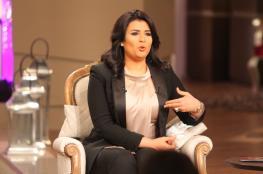 """مذيعة مصرية تهدي أحد ضيوفها مفاجأة """"غير متوقعة"""""""