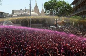 صور للاحتفالات الهنود بحلول فصل الربيع عبر اجراء مهرجان الألوان