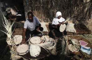 صناعة القش من سعف النخيل في مدينة دير البلح