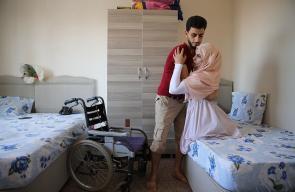 معلمة سورية نجت من موت محقق وفقدت قدميها بالكامل اثر قصف طائرات النظام السوري على مدرستها