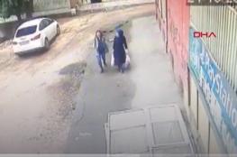 شاهد: انهيار أرضي تحت أقدام سيدتين جنوب شرقي تركيا