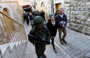قوات الاحتلال تحمي مجموعة من المستوطنين خلال تجولهم في البلدة القديمة بالخليل
