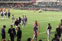 """بالفيديو.. """"الفيفا"""" يوقف لاعبا بحرينيا بسبب حركة """"عنصرية"""" بعينيه"""
