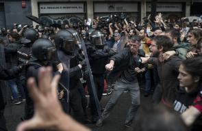 مصادمات مع قوات الأمن في برشلونة عقب منع قوات الأمن الاسبانية بالقوة إقامة استفتاء انفصال إقليم كتالونيا وصادرت صناديق الاقتراع