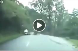 سقوط صخرة كبيرة على سيارة مسرعة.. هذا ما حدث!