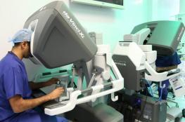 للمرة الأولى عالميا.. روبوت يسهم في عملية جراحية لمريض بالسرطان