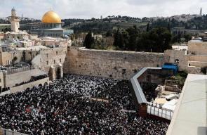 الأقصى يُدنس.. آلاف المستوطنين يؤدون طقوسا تلمودية عند حائط البراق