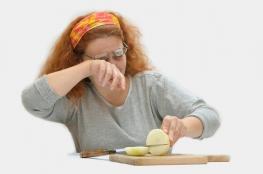 لماذا تسيل دموعنا عند تقطيع البصل؟