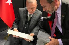 المنتدى الفلسطيني يلتقي أردوغان في لندن ويهديه رمزاً للاجئين الفلسطينيين