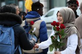 """""""تفضل أنا مسلم"""".. بالورود يتصدون للاسلاموفوبيا في بلجيكا"""