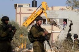 الاحتلال يعتقل شابا ويهدم غرفة وخزان ماء جنوب الخليل