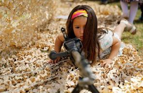 قوات الاحتلال الإسرائيلي تضع الدبابات والأسلحة الحقيقية بين أيدي أطفال المستوطنين ليعتادوا عليها إلى حين انضمامهم الإلزامي لجيش الاحتلال.