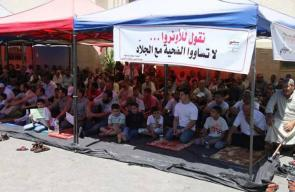 أهالي قلقيلية يؤدون صلاة الجمعة في ساحة مستشفى الوكالة المهدد بالإغلاق