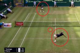 """لقطة طريفة.. لاعبا تنس يتخليان عن مضربيهما ويلعبان """"كرة القدم"""" أثناء مباراتهما"""