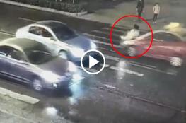 شاهد: في الصين امرأة دُهست مرتين والمشاة يتجاهلونها وتركوها ملقاة على الأرض