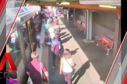 طفل يسقط بين سكة القطار والرصيف في مشهد مرعب
